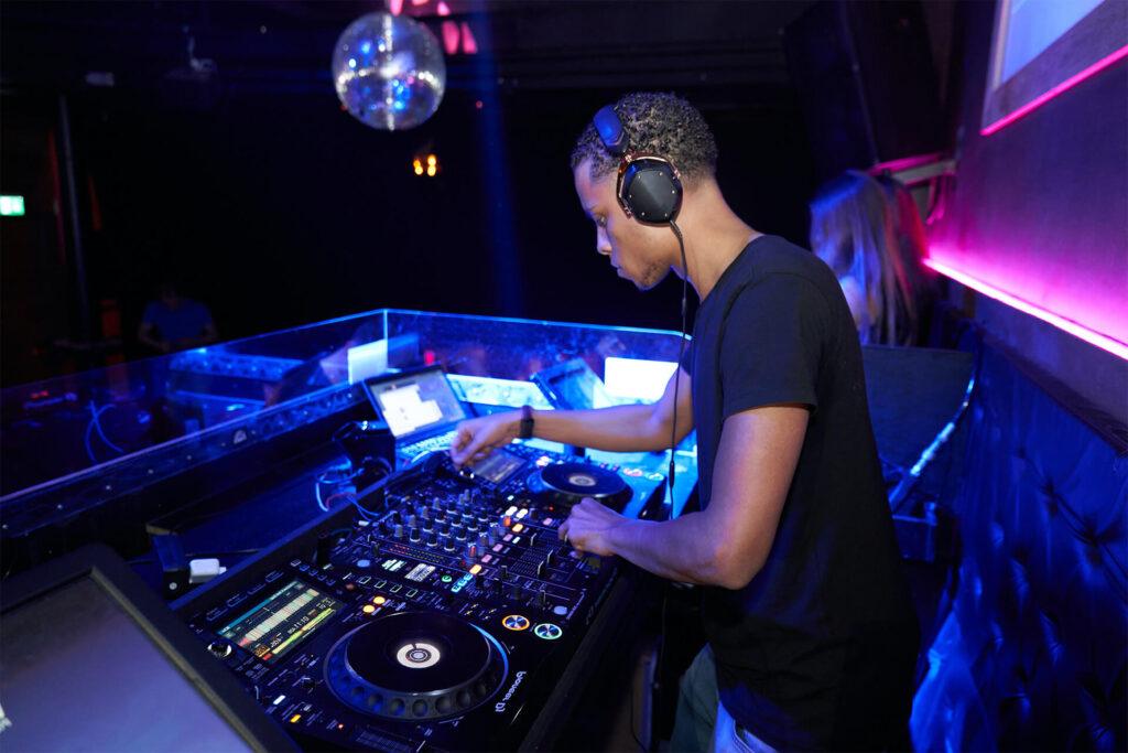 Impact of the sound exposure level on nightclub employees
